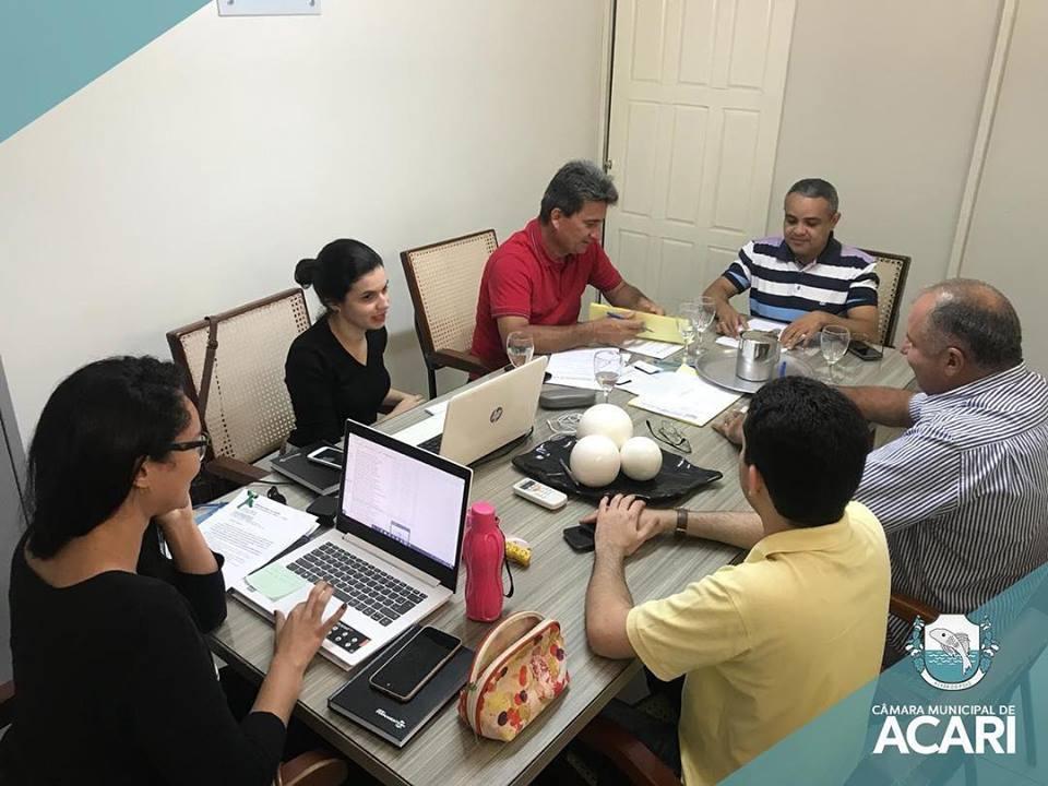 A Comissão de Constituição, Legislação, Justiça, Finanças e Tributação da Câmara Municipal de Acari se reúne neste momento na Sala de Reuniões da Casa para analisar o Projeto de Lei n° 004/2019 e o Projeto de Resolução n° 001/2019.