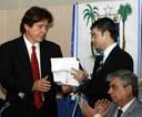 Ismael entrega documento ao presidente da Assembléia Legislativa