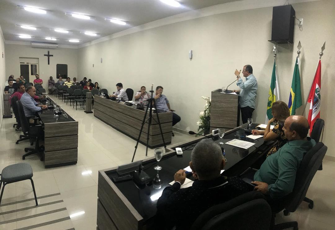 O chefe do Poder Executivo, o prefeito Isaias Cabral, faz neste momento no plenário da Câmara Municipal de Acari a leitura da mensagem anual.